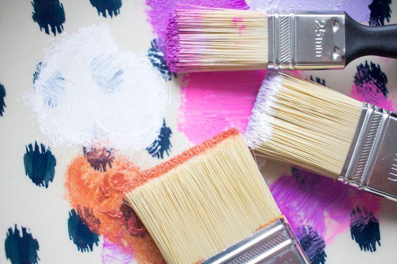 penslar och färg på tallrik