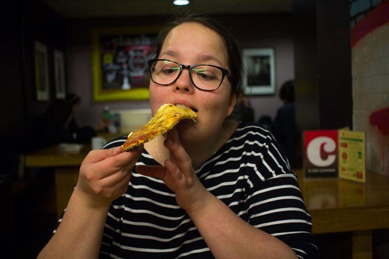 jag äter pizza på vårt hostel i London